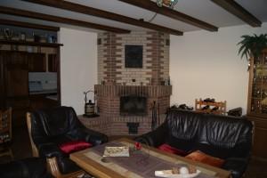 """Ferienwohnung """"HOLLiday"""" – Wohnzimmer mit Sitzecke und Kamin"""