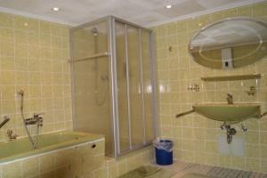 Country House – Bad mit Wanne, Dusche und WC