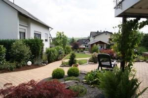 """""""Am Birkenweg"""" – Blick von der Terrasse in den Garten"""