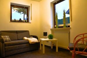 """Ferienwohnung """"Hedi"""" – Einzelzimmer mit Schlafcouch und Sitzecke"""