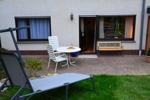 """Ferienwohnung """"Hedi"""" – Terrasse mit Sitzgruppe und Gartenliege"""