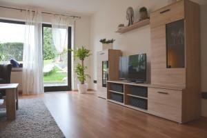 """Ferienwohnung """"Hedi"""" – Wohnzimmer mit moderner Wohnwand und TV"""