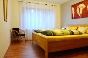 """Ferienwohnung """"Hedi"""" – Doppelschlafzimmer mit Sitzgelegenheit"""