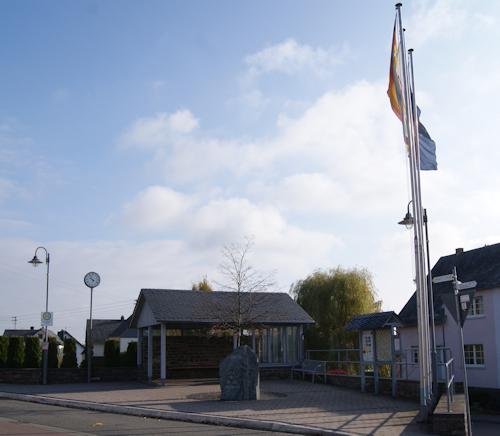 """Bushaltestelle """"Deutsches Eck"""" - Beginn des Zuweges zum """"Masdascher (Mastershausener) Burgherrenweg"""""""